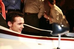 Al Unser s'asseoit dans la nouvelle voiture Atlantic