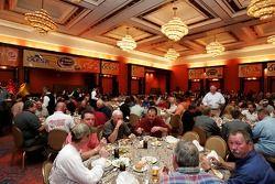 Des invités mangent durant un dîner du NASCAR à l'hôtel Nikko