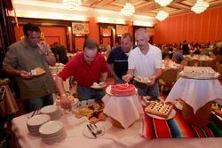 Des invités devant le dessert au dîner du NASCAR à l'hôtel Nikko