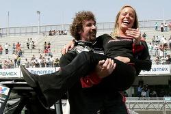 Le vainqueur de la pole position Boris Said fête sa victoire en soulevant la jeune fille de Budweise
