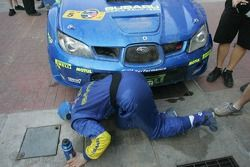 Petter Solberg inspecte la voiture