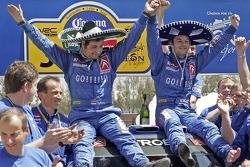 Podio: los ganadores Sébastien Loeb y Daniel Elena celebran con el equipo