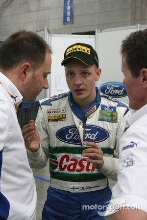 Mikko Hirvonen explique à Christian Loriaux et Malcolm Wilson comment il est sorti de la route