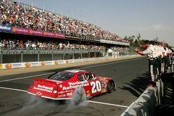 Ganador de la carrera Denny Hamlin