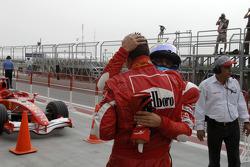 Michael Schumacher celebra con Felipe Massa