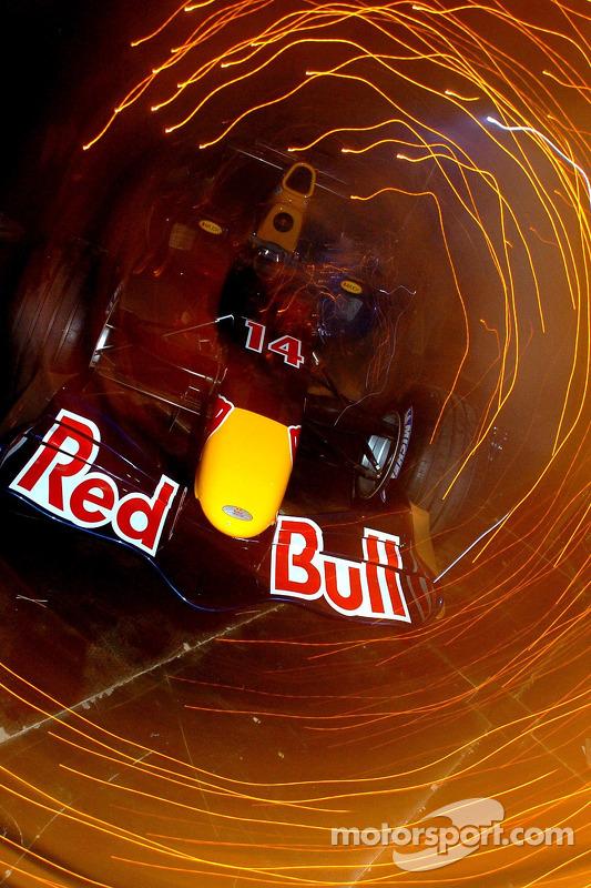 La Red Bull Racing RB2 vole sur scène pendant la présentation