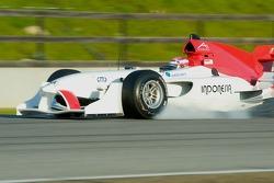 Le pilote de l'équipe d'Indonésie Ananda Mikola bloque la roue avant le freinage