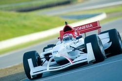 Le pilote de l'équipe d'Indonésie Ananda Mikola