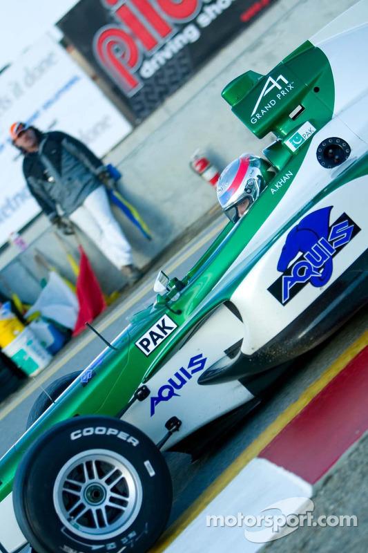 Le pilote de l'équipe du Pakistan Adam Khan