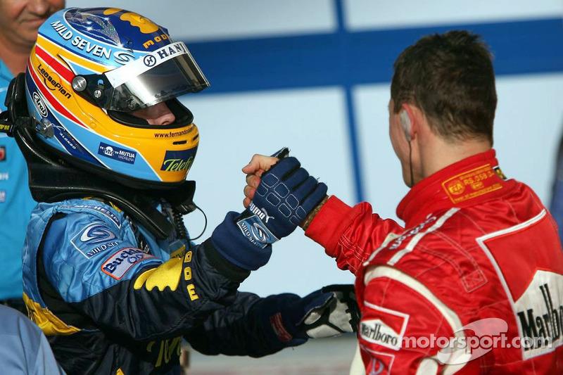 Fernando Alonso felicitado por Michael Schumacher
