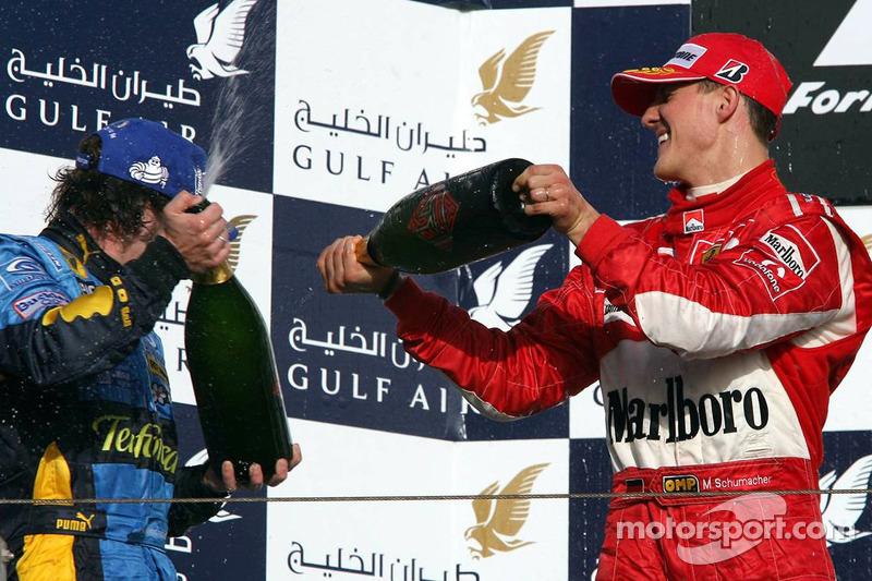 Podio: champagne para Fernando Alonso y Michael Schumacher