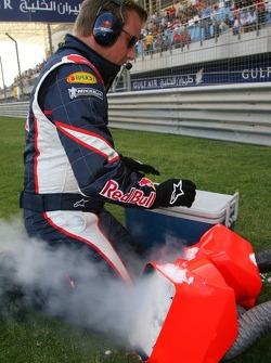 Un miembro del equipo Red Bull Racing prepara hielo seco