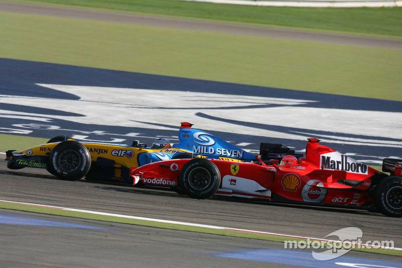 Fernando Alonso pasa a Michael Schumacher