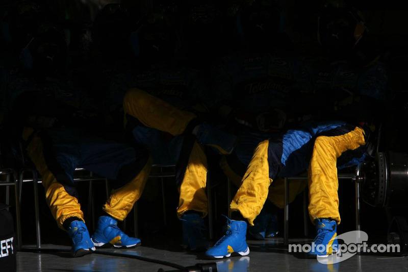 Los miembros del equipo Renault F1 esperan para la siguiente parada en boxes