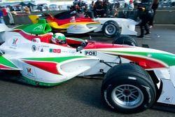 Le pilote de l'équipe du Portugal Alvaro Parente arrive sur la grille