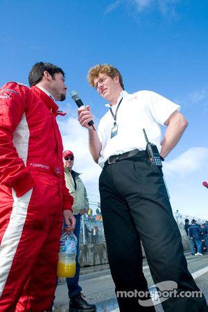 Le pilote de l'équipe du Canada Patrick Carpentier interviewé sur la grille