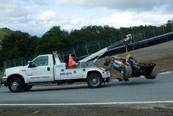 La voiture du pilote de l'équipe d'Afrique du Sud Stephen Simpson est remorquée