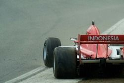 Le pilote de l'équipe d'Indonésie Ananda Mikola fait un tête-à-queue