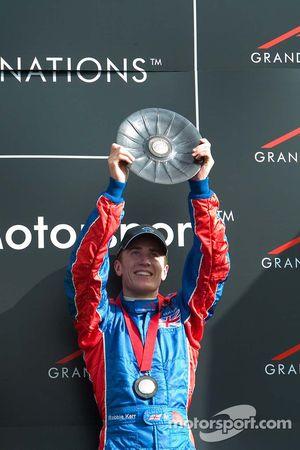 Le deuxième de la course Robbie Kerr soulève son trophée
