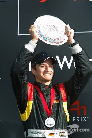 Le troisième de la course Timo Scheider soulève son trophée