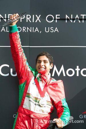 Salvador Duran de l'équipe du Mexique remporte la course et soulève son trophée