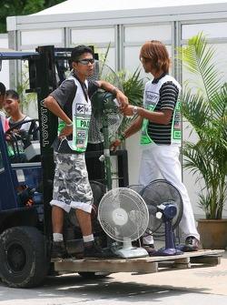 Trabajadores en Sepang