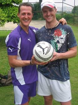 Michael Schumacher y Ralf Schumacher juegan futbol