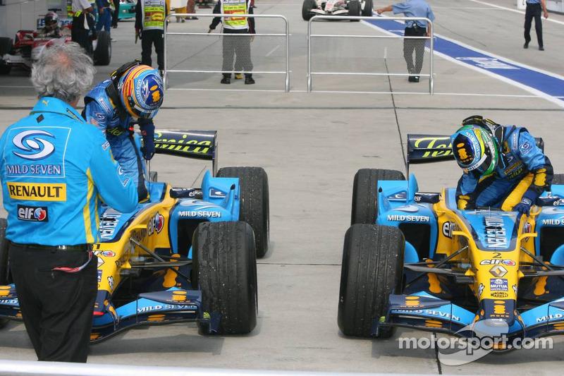Ganador de la carrera Giancarlo Fisichella con Fernando Alonso en Parc Fermé
