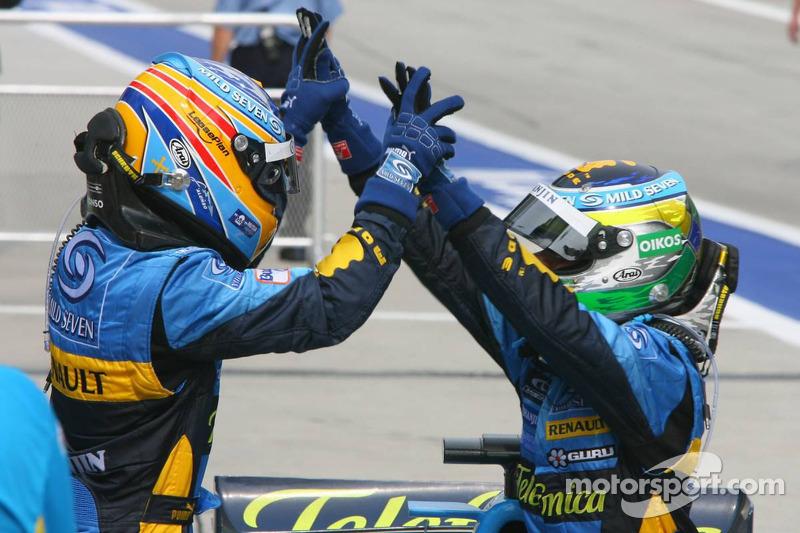 Yarış galibi Giancarlo Fisichella kutlama yapıyor ve Fernando Alonso