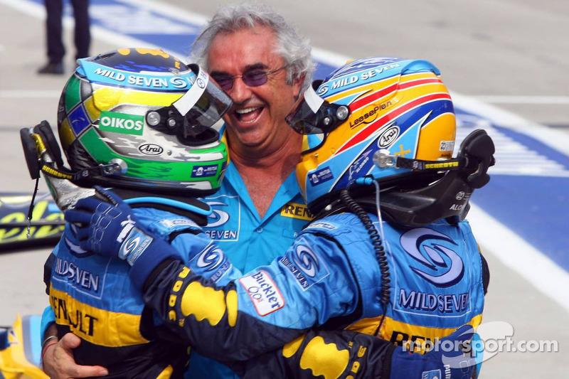 Yarış galibi Giancarlo Fisichella kutlama yapıyor ve Fernando Alonso ve Flavio Briatore