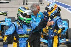 Ganador de la carrera Giancarlo Fisichella celebra con Fernando Alonso y Flavio Briatore