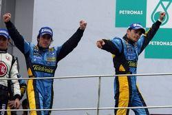 Podio: ganador de la carrera Giancarlo Fisichella u el segundo lugar Fernando Alonso