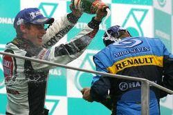 Podio: ganador de la carrera Giancarlo Fisichella, segundo lugar Fernando Alonso y el tercer lugar J