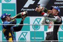 Podio: ganador de la carrera Giancarlo Fisichella y el tercer lugar Jenson Button celebran