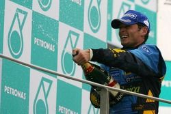 Podio: champagne para segundo lugar Fernando Alonso y el tercer lugar Jenson Button