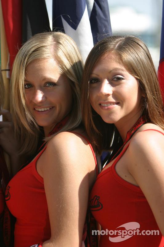 Des drapeaux de jeunes femmes