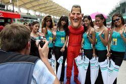 Des jeunes femmes sur la grille avec Michael Schumacher