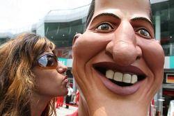 Une jeune femme embrasse Michael Schumacher