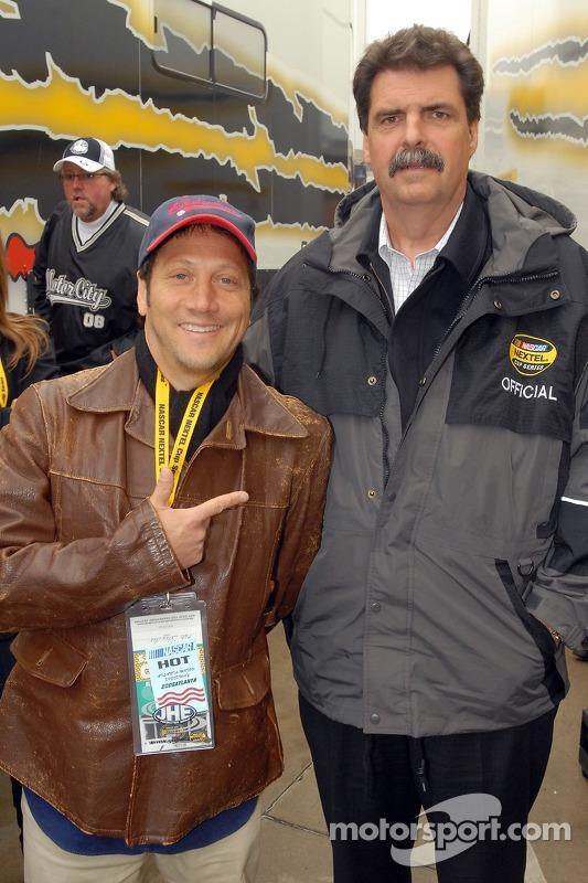 L'acteur Rob Schneider pose avec le président du NASCAR Mike Helton
