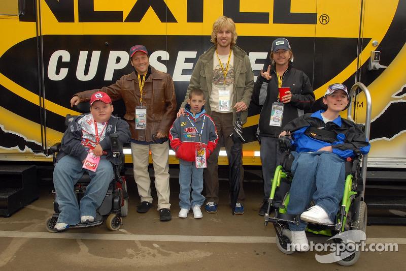 Rob Schneider, David Spade et John Heder rencontrent un enfant de la fondation