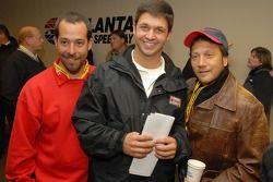 Le chef d'équipe Jimmy Elledge et Reed Sorenson posent avec l'acteur Rob Schneider