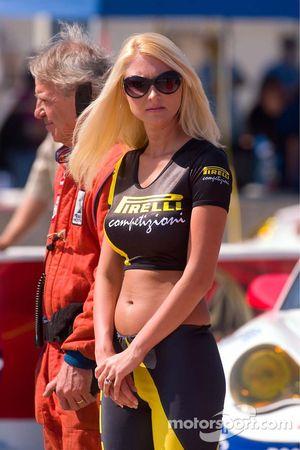 La jolie jeune femme Pirelli sur la grille