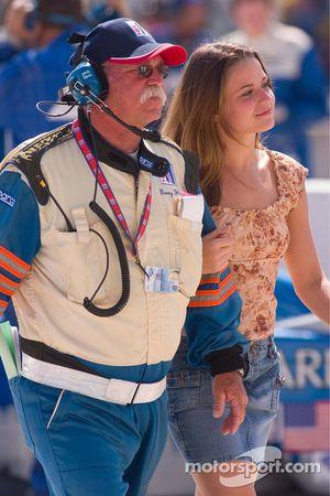 Un employé IMSA escorte une jolie jeune femme sur la grille