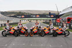 Gruppenfoto: Repsol-Piloten der Motorrad-WM 2006: Shuhei Aoyama, Dani Pedrosa, Nicky Hayden, Sebastian Porto, Bradley Smith
