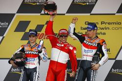 Podio: ganador de la carrera Loris Capirossi con Dani Pedrosa y Nicky Hayden