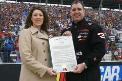 Stephanie Milo de la NASCAR et le sénateur du Tennessee Michael Williams porte un document du 19 mai 2006