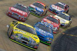 Greg Biffle devance un groupe de voitures