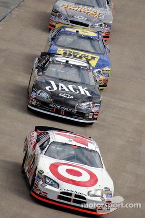 Reed Sorenson emmène un groupe de voitures