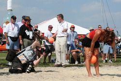 Match de volley: une jeune femme Bacardi sur le point de servir
