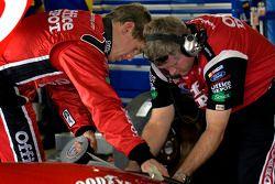 Carl Edwards et le chef d'équipe Bob Osborn au travail